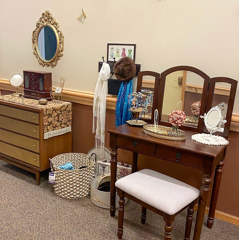 Life Station - Vanity, dresser, clothes, jewelry